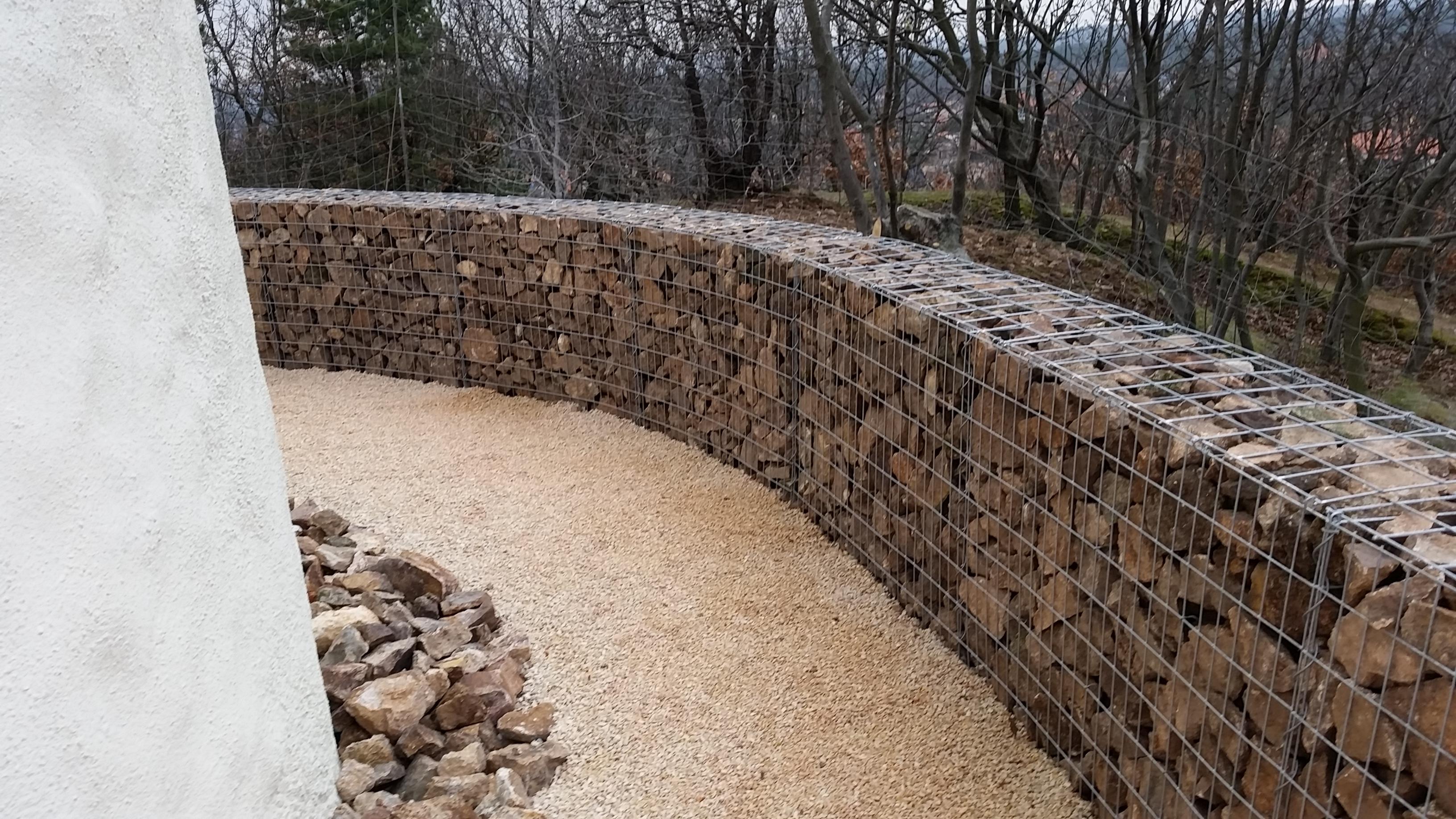 Bence hegyi kilátó védő fal